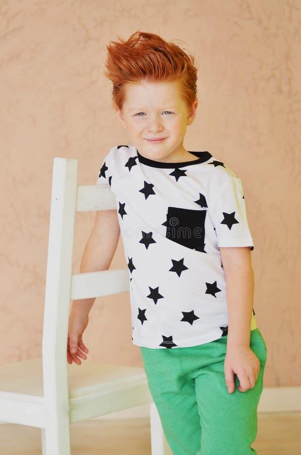 Портрет рыжеволосого непослушного мальчика смотря камеру Милое a стоковые фотографии rf