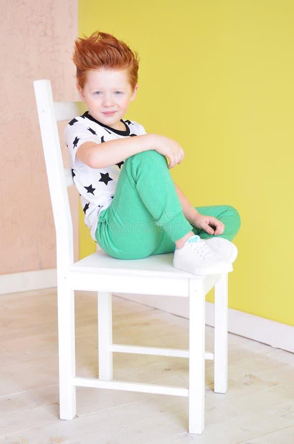 Портрет рыжеволосого непослушного мальчика смотря камеру Милое a стоковое фото rf