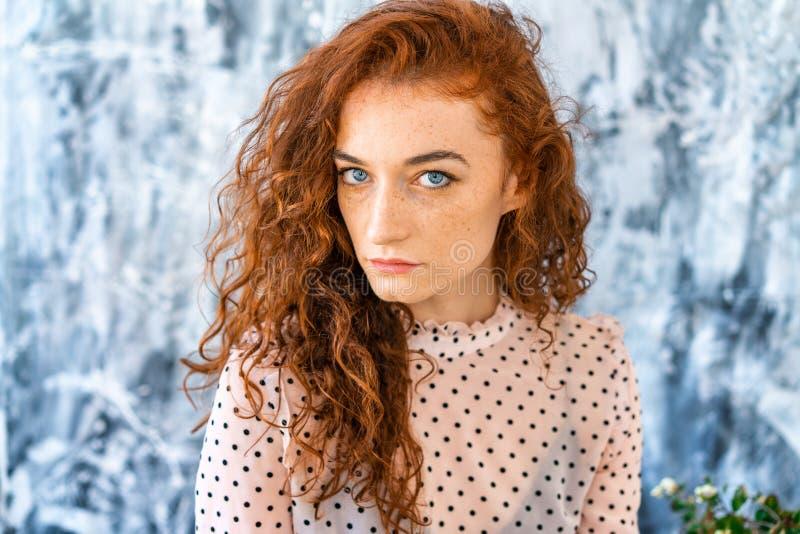 Портрет рыжеволосой красивой девушки, грустного взгляда стоковая фотография rf
