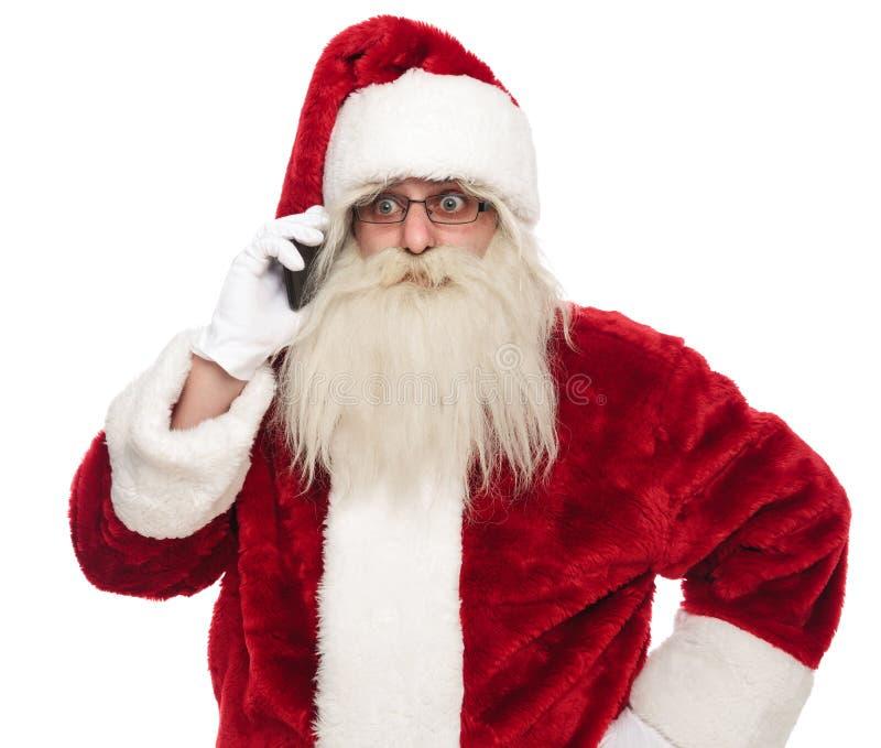Портрет Санта Клауса говоря на телефоне стоковые фото