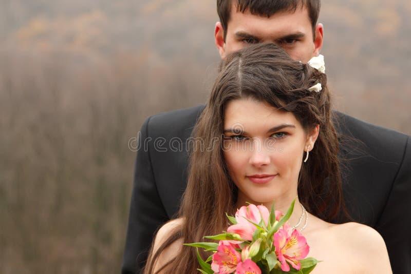 Портрет свадьбы, детеныш холит с невестой в любов над осенью nat стоковое фото