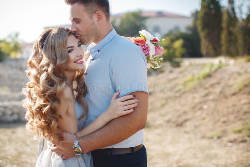 Портрет свадьбы жениха и невеста outdoors в лете стоковая фотография rf