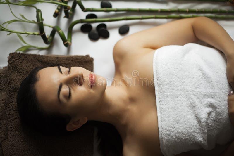 Портрет свежей и красивой женщины брюнет принимая головное massa стоковые изображения rf