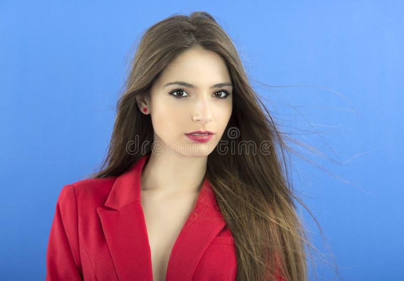 Портрет связи городской бизнес-леди нося, на сини стоковое изображение
