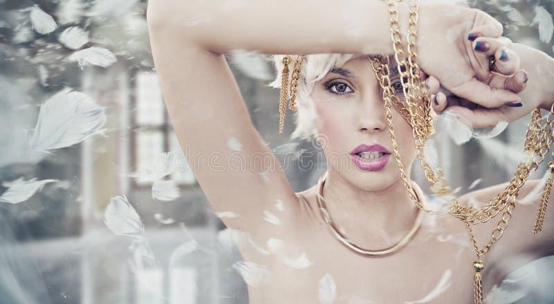 Портрет сексуальной белокурой красотки стоковое фото