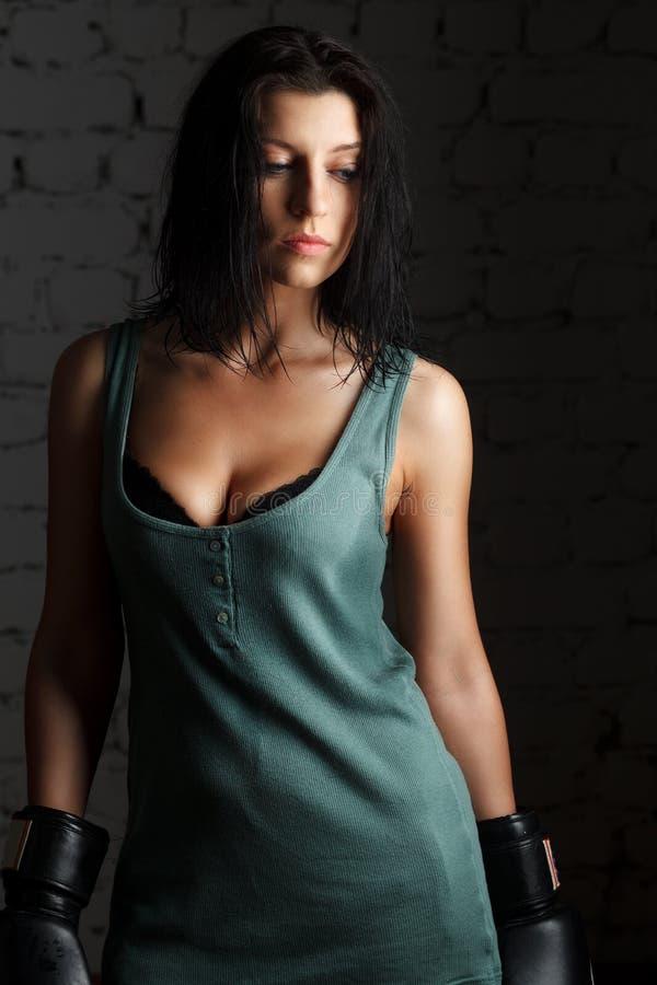 Портрет сексуальной девушки боксера с перчатками на руках стоковые фото