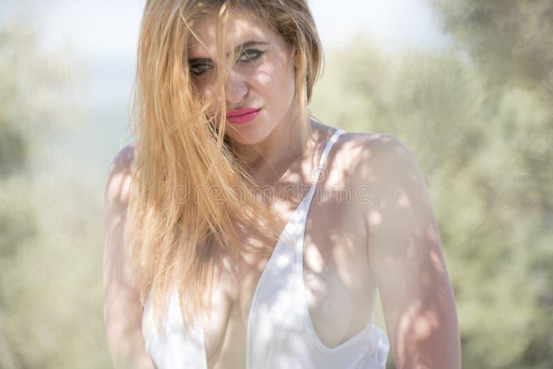 Портрет сексуальной дамы подвергая действию ее комод стоковые фотографии rf