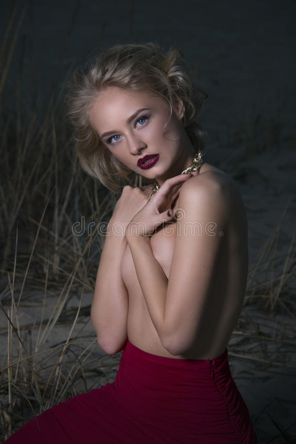 Портрет сексуальной блондинкы на песке стоковое изображение rf