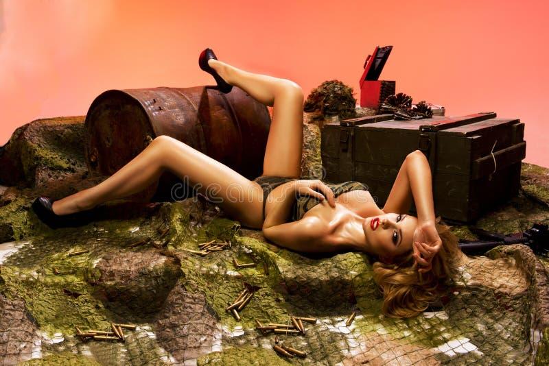 портрет сексуальной блондинкы с оружием стоковое изображение