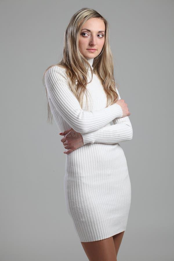 Портрет сексуальной красивой молодой взрослого тонкой и привлекательной женщины чувственности довольно белокурой в iso костюма че стоковые фото