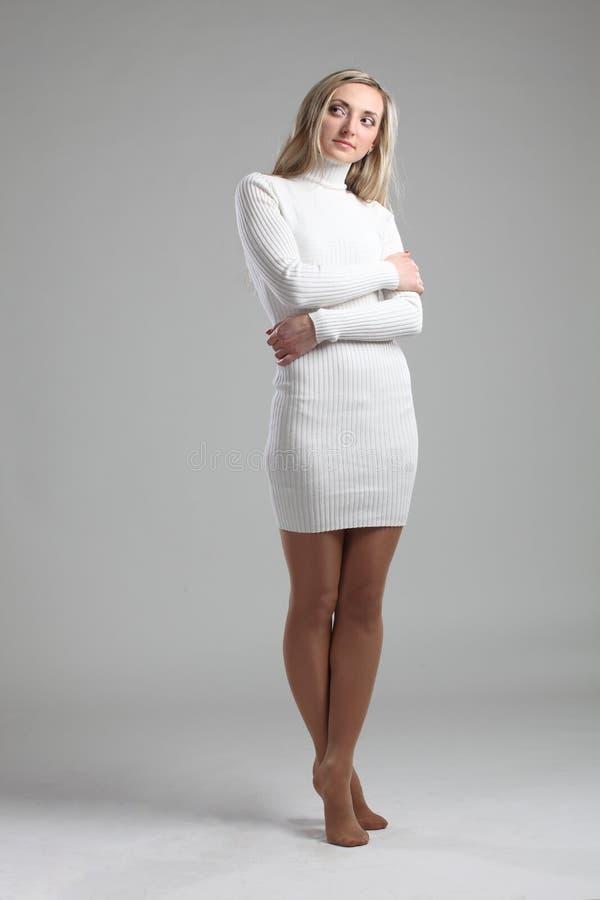 Портрет сексуальной красивой молодой взрослого тонкой и привлекательной женщины чувственности довольно белокурой в свитере белой  стоковое изображение