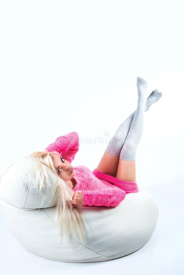 Портрет сексуальной молодой женщины сидя на pouf стоковые фотографии rf