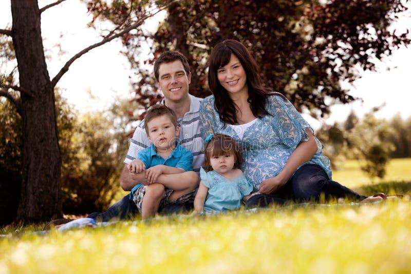 Портрет семьи в парке стоковые фотографии rf