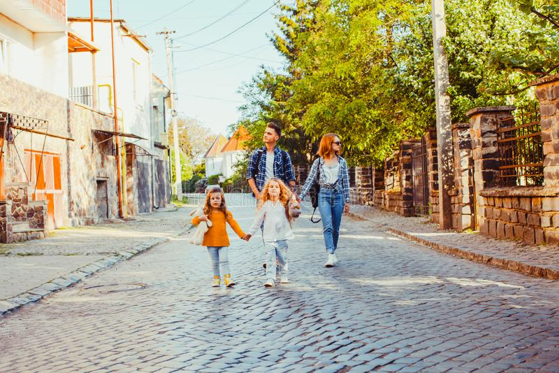 Портрет семьи идти родителей и детей стоковые фото