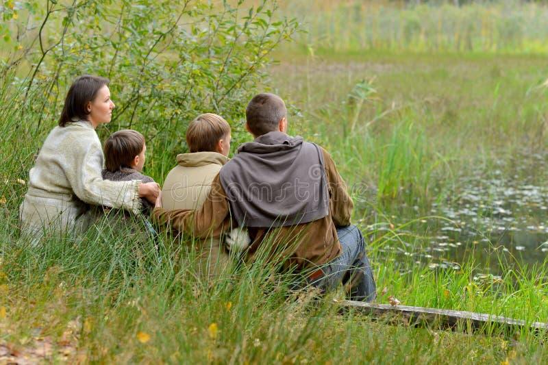 Портрет семьи из четырех человек в парке стоковое фото