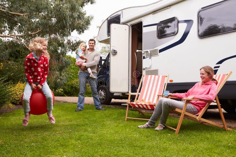Портрет семьи наслаждаясь располагаясь лагерем праздником в жилом фургоне стоковое изображение