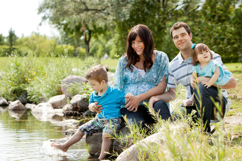 Портрет семьи около озера стоковые изображения