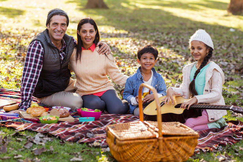 Портрет семьи ослабляя на парке стоковое изображение rf