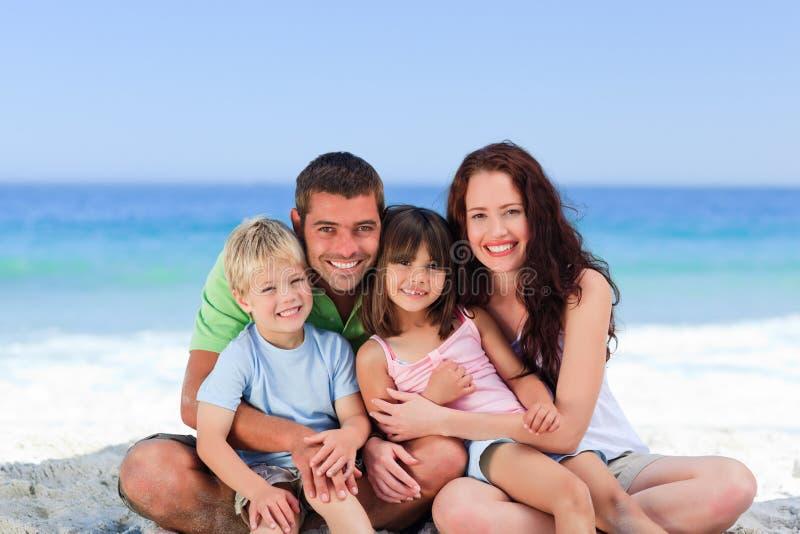 портрет семьи пляжа стоковые фотографии rf