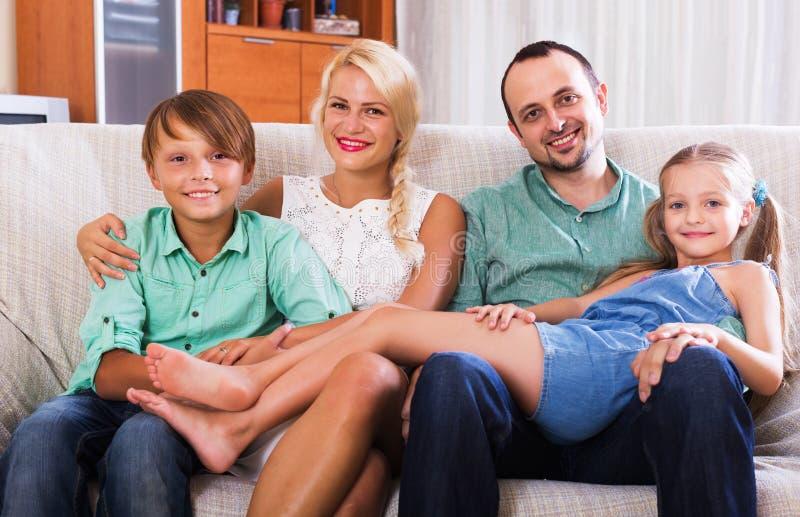 Портрет семьи среднего класса стоковое изображение
