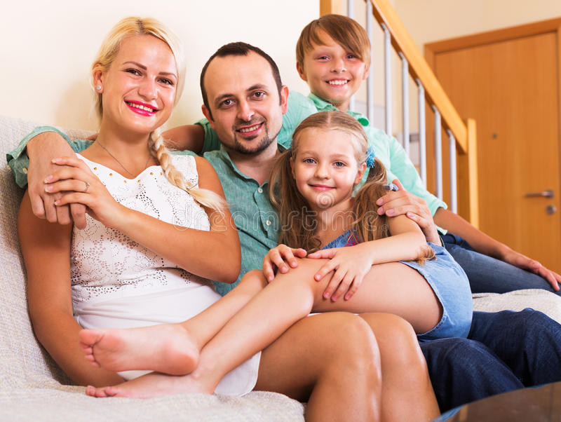 Портрет семьи среднего класса стоковое изображение rf