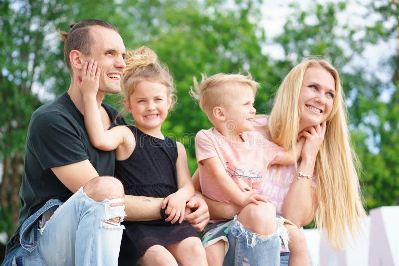 портрет семьи счастливый стоковое изображение rf