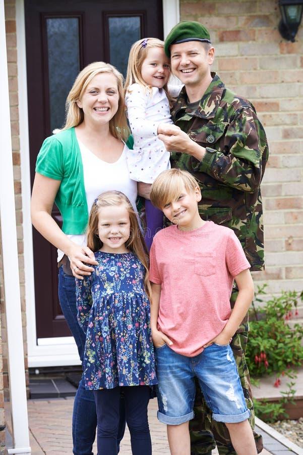 Портрет семьи с домом отца армии на разрешении стоковое фото