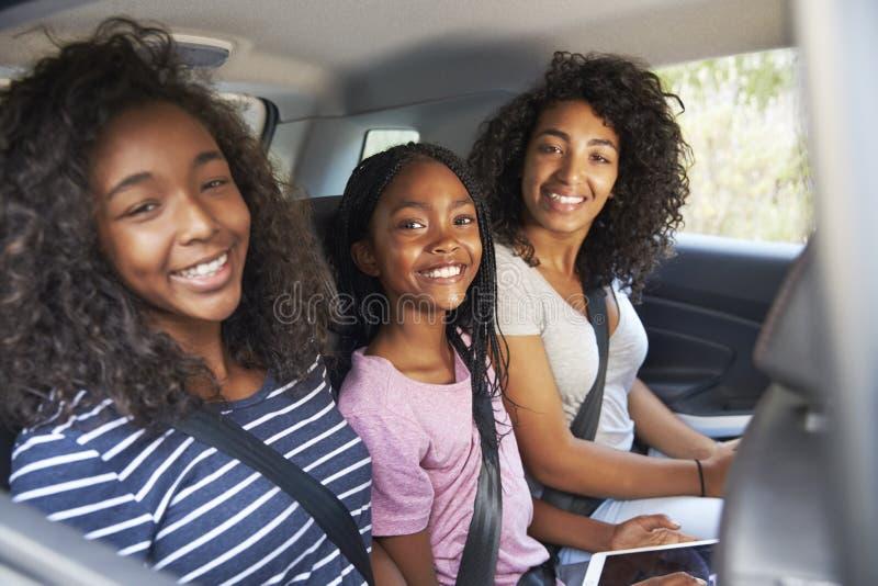 Портрет семьи с подростковыми детьми в автомобиле на поездке стоковые изображения rf