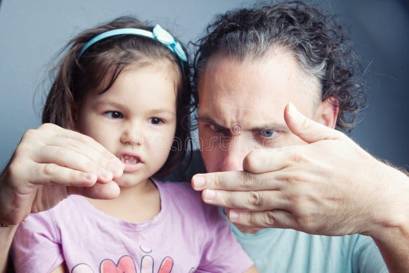 Портрет семьи, театр марионетки пальца стоковые фото