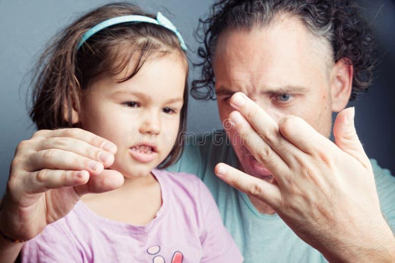 Портрет семьи, театр марионетки пальца стоковое фото