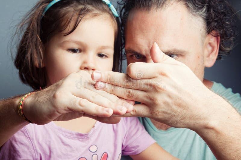 Портрет семьи, театр марионетки пальца стоковое изображение
