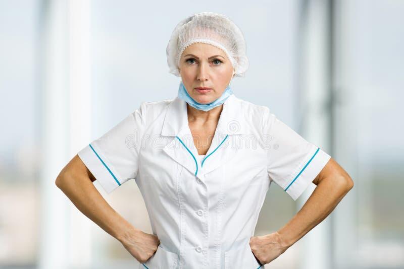 Портрет сердитого женского доктора стоковые фото
