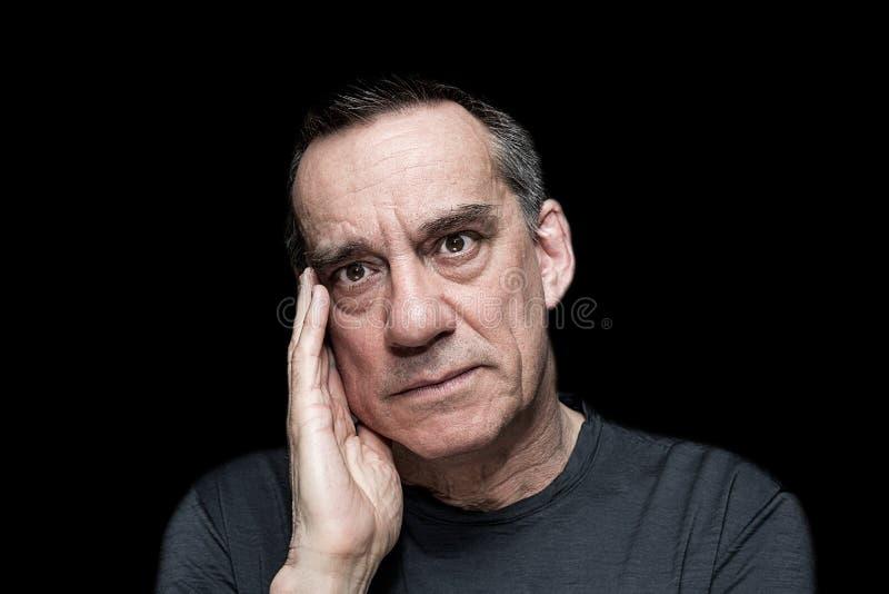 Портрет сердитого разочарованного человека на черной предпосылке стоковое фото rf