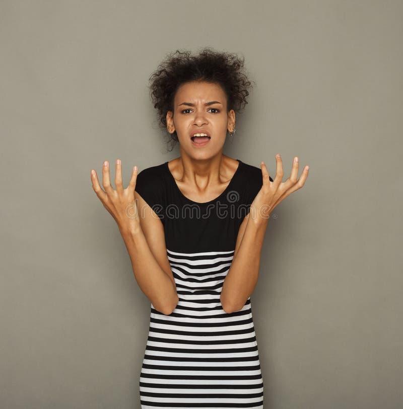 Портрет сердитой женщины крича на камере стоковые изображения rf