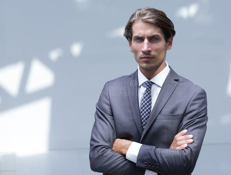Портрет серьезного современного бизнесмена стоковые изображения rf