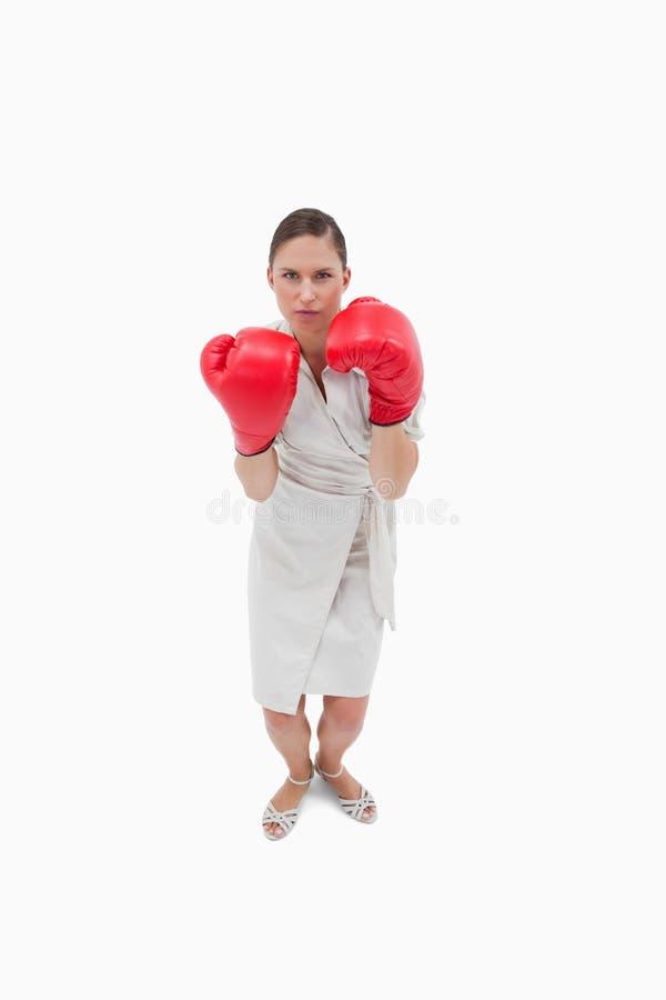 Портрет серьезной коммерсантки с перчатками бокса стоковые фото