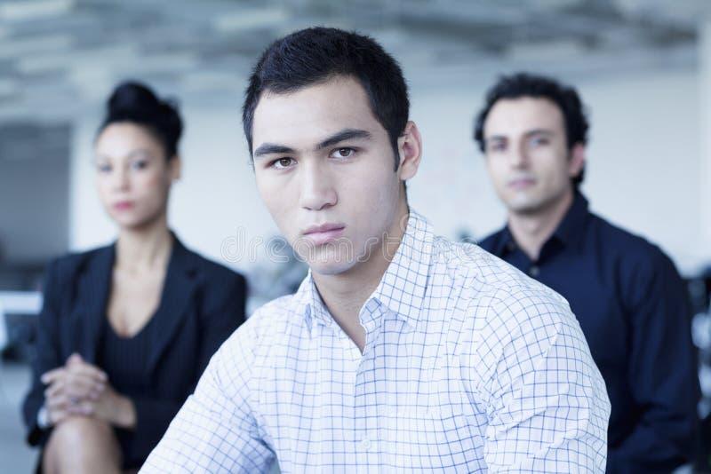 Портрет 3 серьезных бизнесменов в офисе стоковая фотография