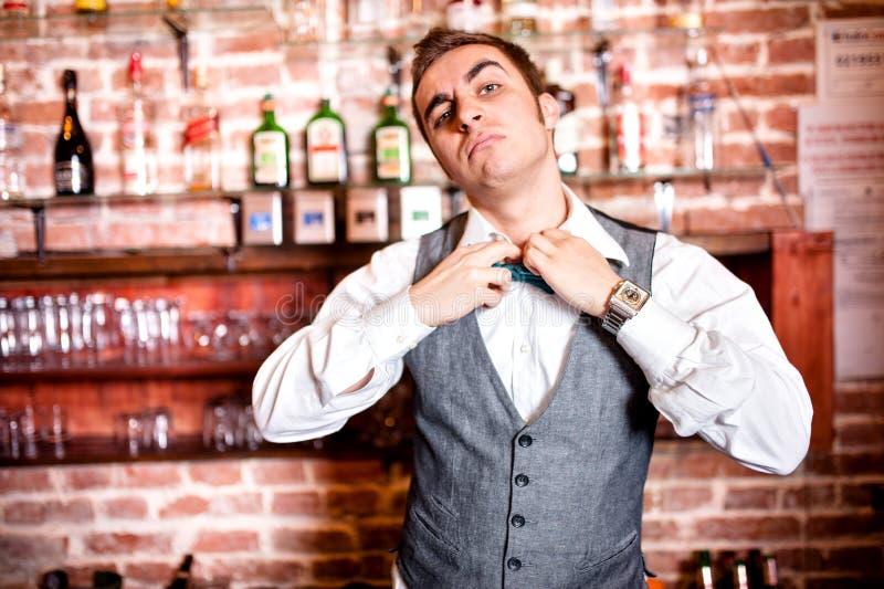 Download Портрет сердитого и усиленного бармена с Bowtie за баром Стоковое Фото - изображение насчитывающей exasperated, мужчина: 41656080