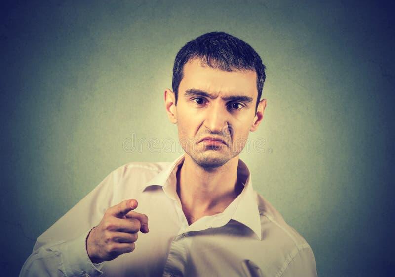 Портрет сердитого молодого человека стоковая фотография rf