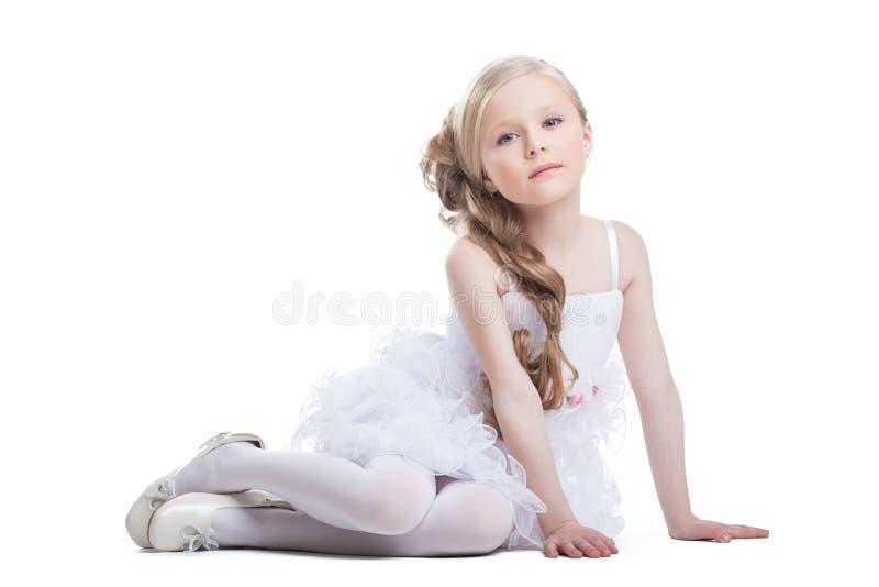 Портрет сидеть милая девушка в белом платье стоковые фото