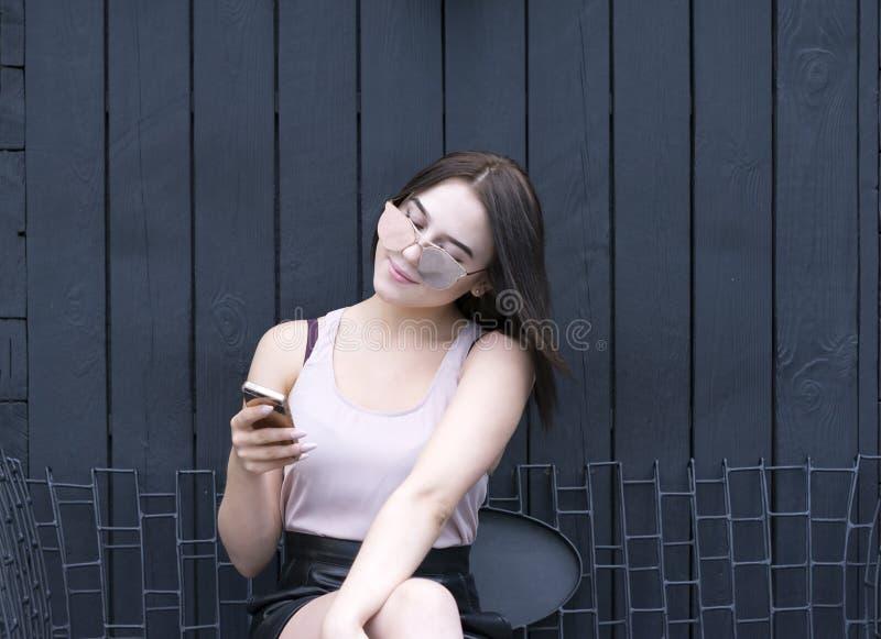 Портрет симпатичной девушки с телефоном стоковая фотография