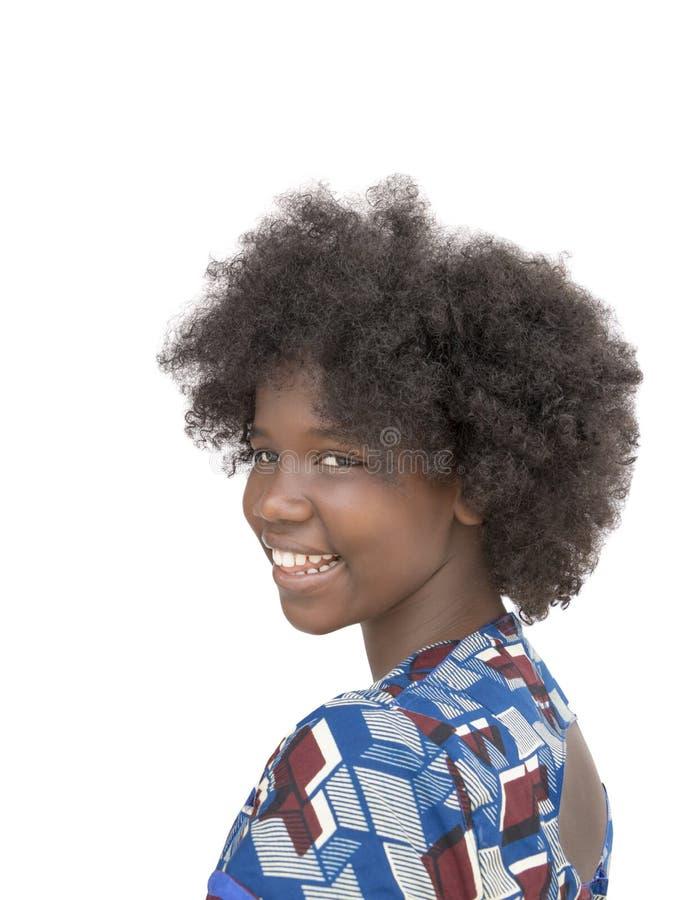 Портрет симпатичной девушки усмехаясь, изолированный взгляд со стороны, стоковые фото