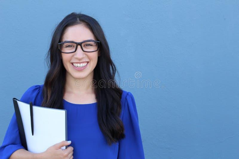 Портрет симпатичной молодой коммерсантки с папками, ручкой и документами стоковое фото
