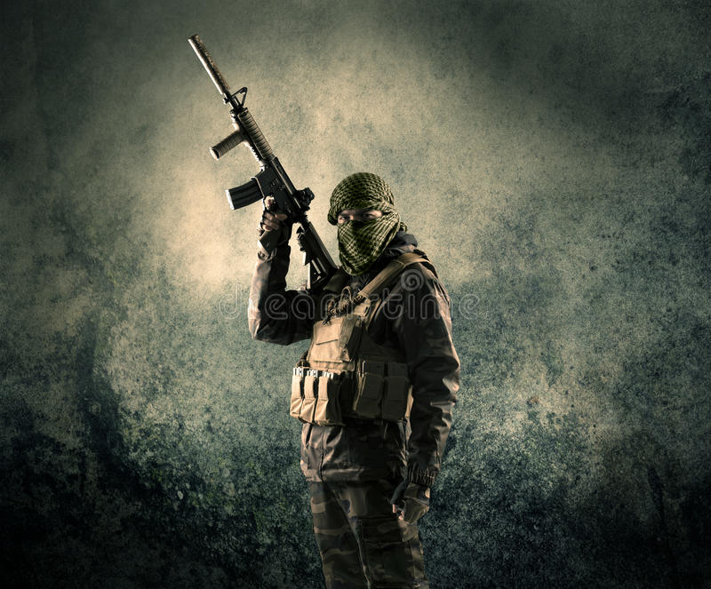 Портрет сильно вооруженного замаскированного солдата с grungy backgroun стоковые фотографии rf