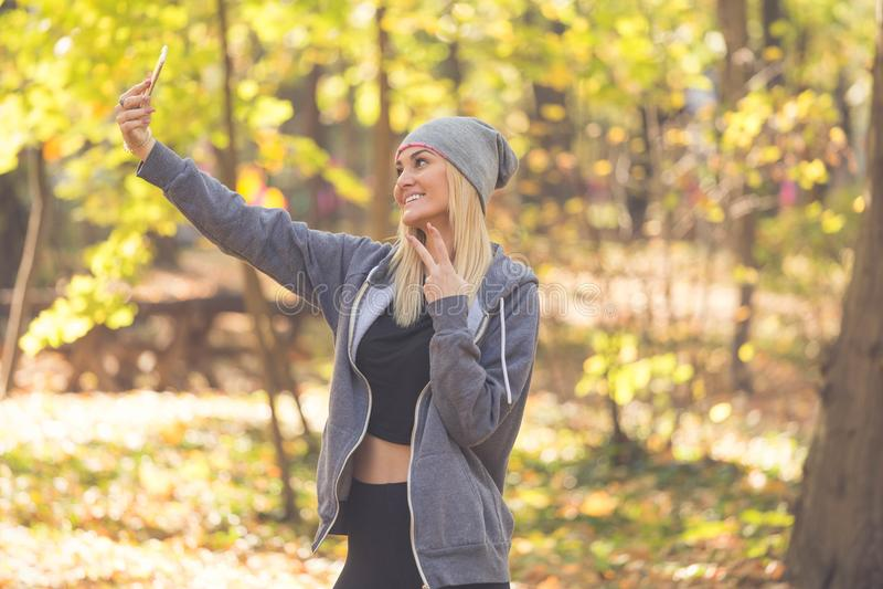 Портрет сладостной excited подруги которая делает selfi, имеет a стоковая фотография rf