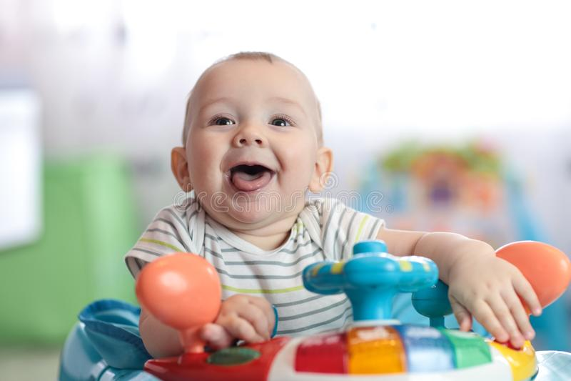 Портрет смешного младенца на игрушке рулевого колеса стоковая фотография rf