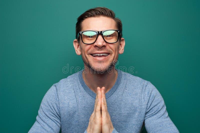 Портрет смешного положительного молодого человека в рубашке стоковое изображение