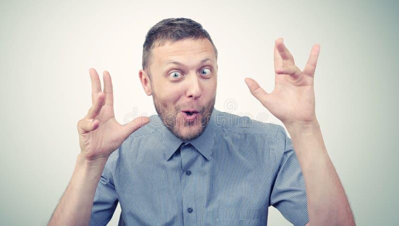 Портрет смешного человека гримасничая стоковая фотография