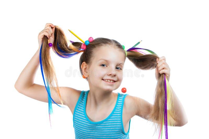Портрет смешной девушки с красочными стренгами в ее волосах Покрашенные карандаши, шарики, покрасили стренги волос в ее волосах стоковое изображение