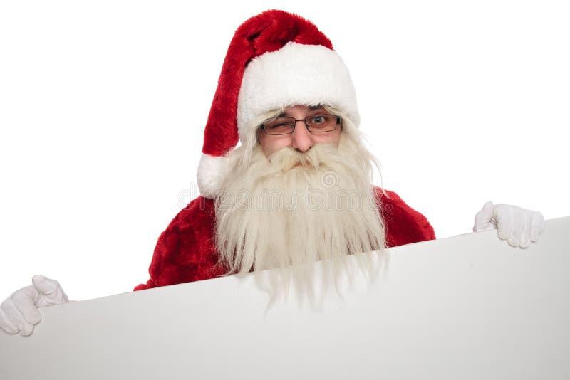 Портрет смешной подмигивать афиши удерживания Санта Клауса стоковое изображение rf